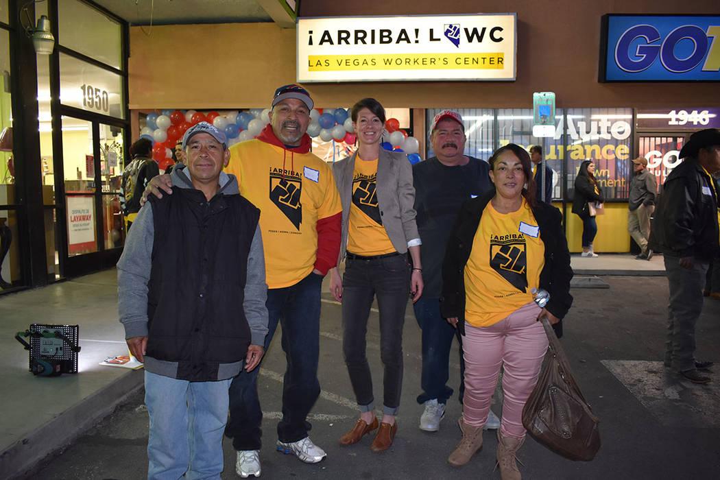 Al centro, la directora de '¡Arriba!', Bliss Requa-Trautz, junto a trabajadores jornaleros de Las Vegas. 26 de enero del 2018 en la oficina de '¡Arriba!'. Foto Anthony Avellaneda / El Ti ...