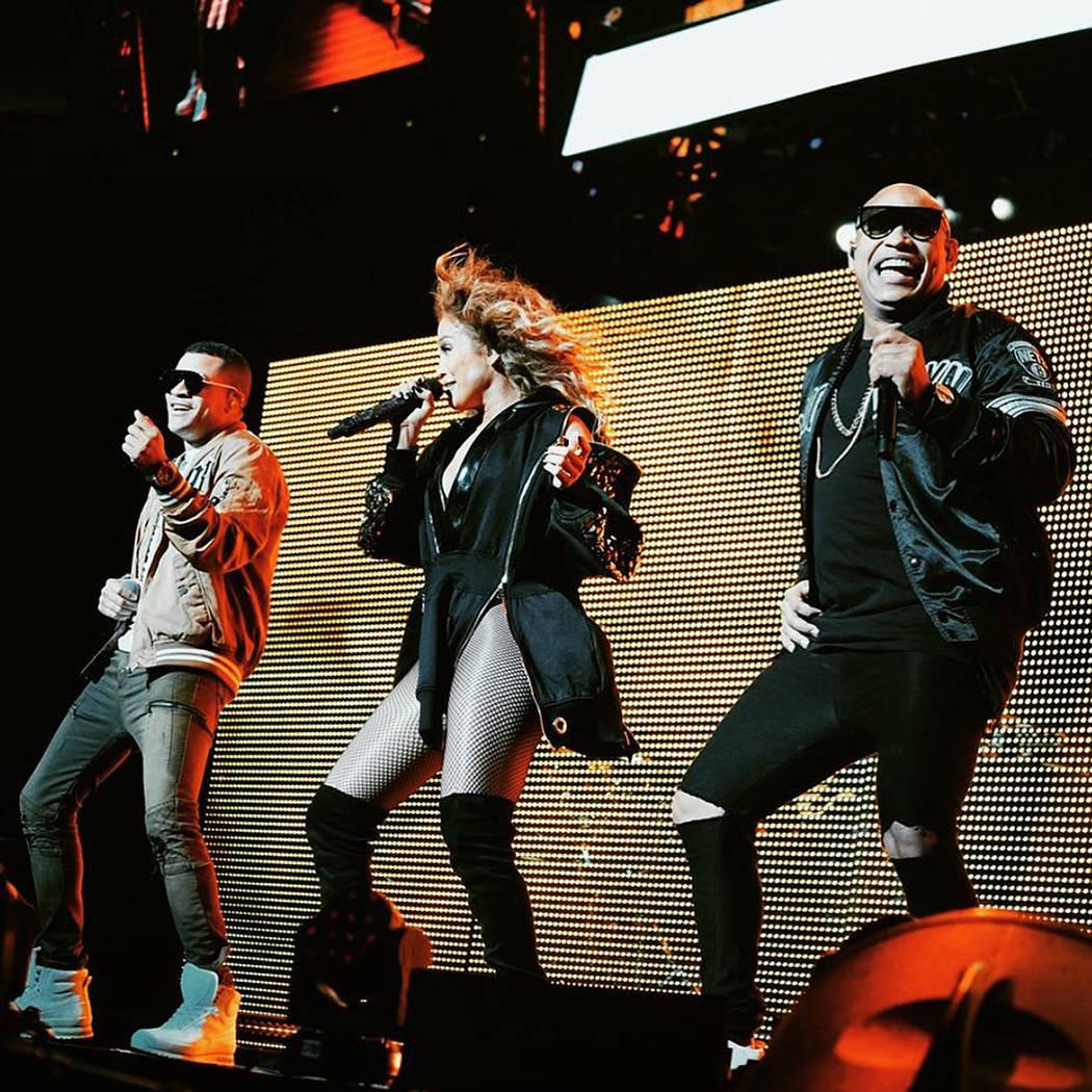 Jennifer López y Gente de Zona deleitaron al público con sus coreografías. 26 de enero de 2018 en T-Mobile Arena. Foto Cortesía Calibash.