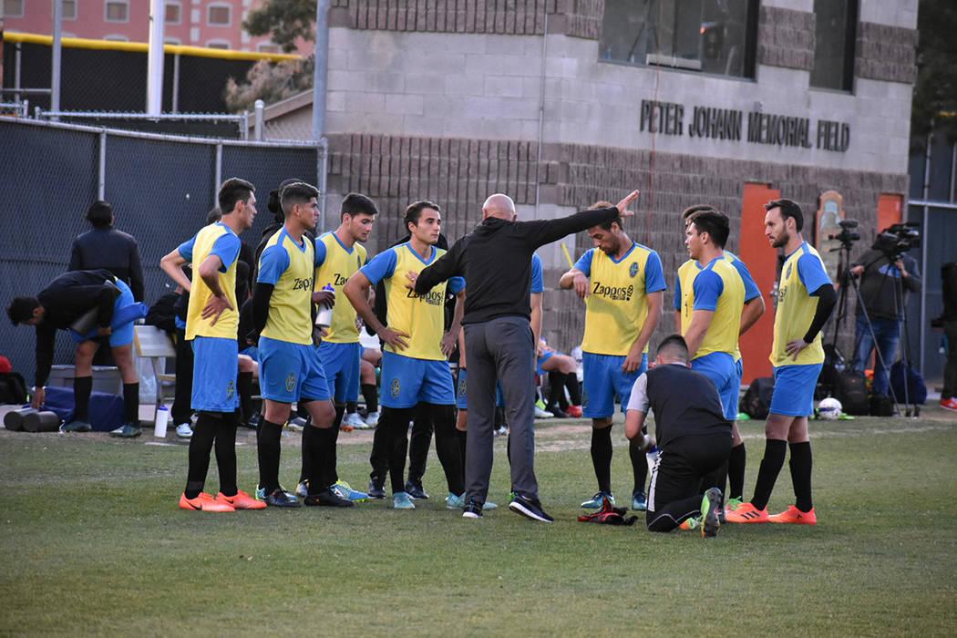 Los jugadores de LV Lights FC en una charla técnica con el entrenador José Luis Sánchez Solá. 27 de enero de 2018 en campo de soccer de UNLV. Foto Anthony Avellaneda / El Tiempo.