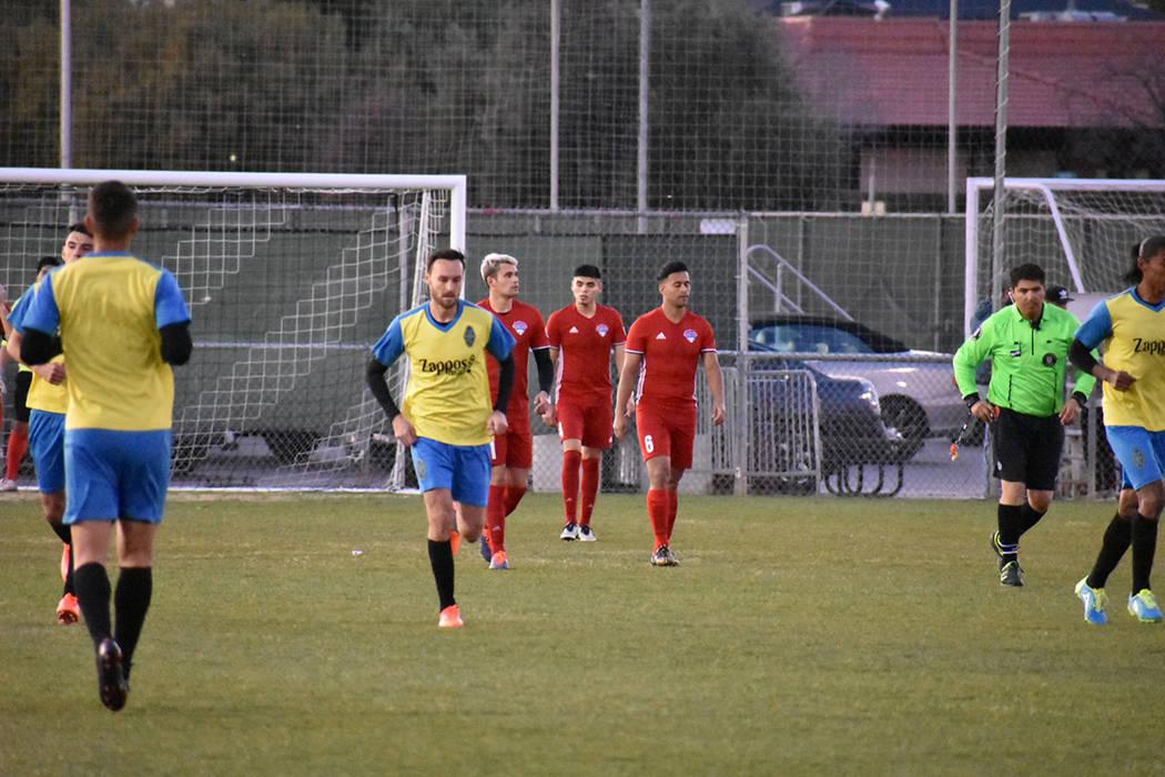 Gerardo Lugo regresa al medio campo tras anotar un gol de tiro libre en un interescuadras contra UNLV. 27 de enero de 2018 en campo de soccer de UNLV. Foto Anthony Avellaneda / El Tiempo.