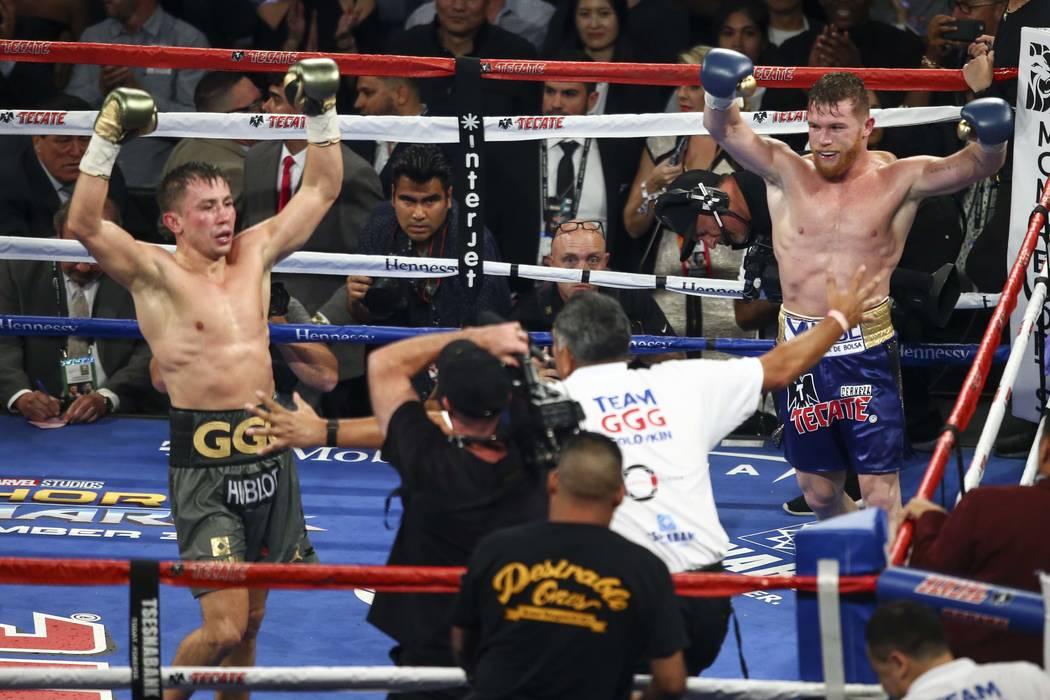 """Saúl """"Canelo"""" Alvarez, izquierda, y Gennady ÒGGGÓ Golovkin al final de su combate de boxeo de peso mediano en el T-Mobile Arena de Las Vegas el sábado 16 de septiembre de 2017. La pelea termin ..."""