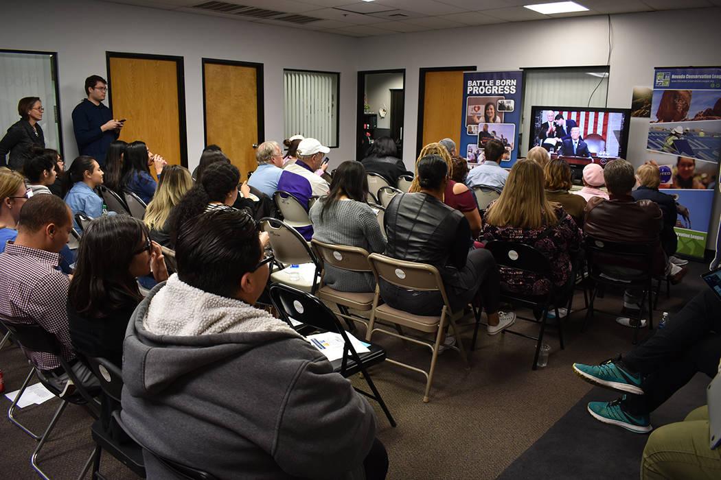 Cerca de 50 personas, en su mayoría activistas, se reunieron para escuchar el discurso del Estado de la Unión del presidente Trump. 30 de enero del 2018 en la oficina de Battle Born Progress. Fo ...