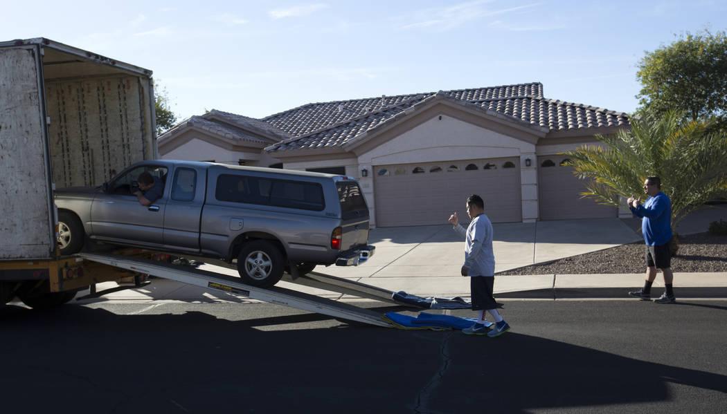 Un camión de mudanza entrega un vehículo a la casa de Douglas Haig en Mesa, Arizona, el miércoles 31 de enero de 2018. Haig fue identificado en registros de registro de búsqueda desde principi ...