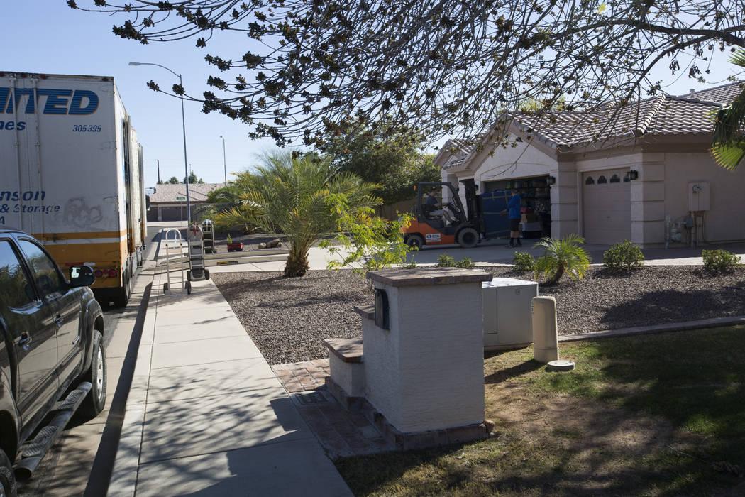 Un camión de mudanza entrega un artículo a la casa de Douglas Haig en Mesa, Arizona, el miércoles 31 de enero de 2018. Haig fue identificado en registros de registro de búsqueda desde principi ...