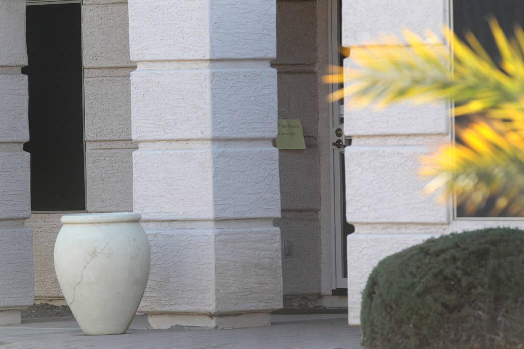 """El miércoles 31 de enero de 2018 se pegó un letrero escrito a mano de """"no traspasar"""" en el timbre de la casa de Douglas Haig en Mesa, Arizona. Haig fue identificado en los registros de búsqueda ..."""
