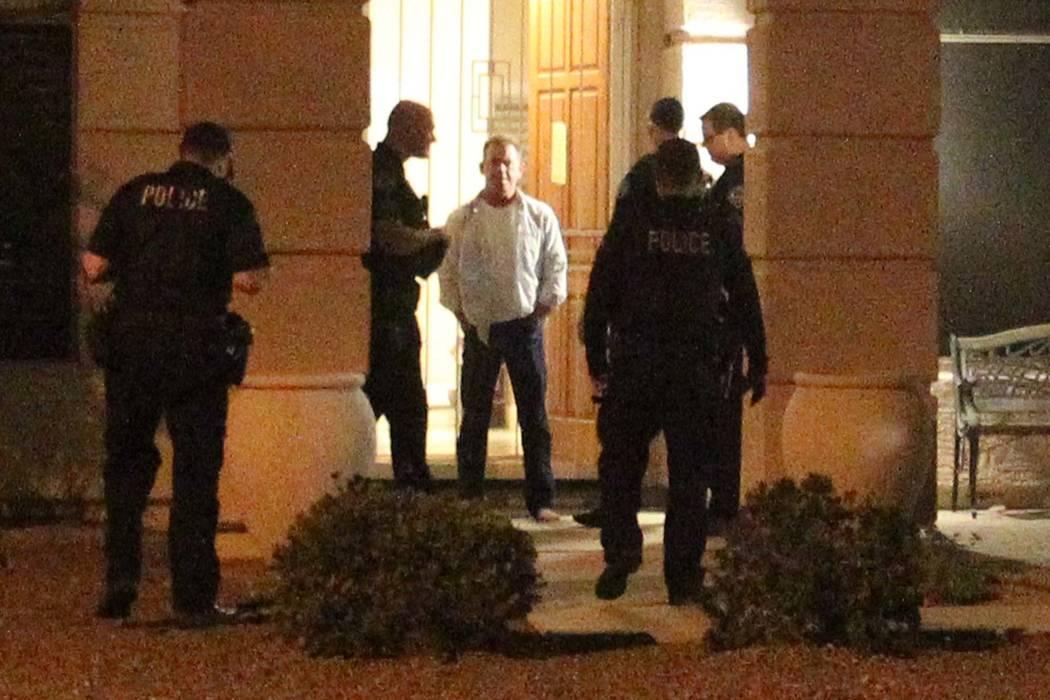 Douglas Haig, al centro, habla con la policía de Mesa, Arizona, afuera de su casa el martes 30 de enero de 2018. Haig fue identificado en registros de búsqueda desde principios de octubre como u ...