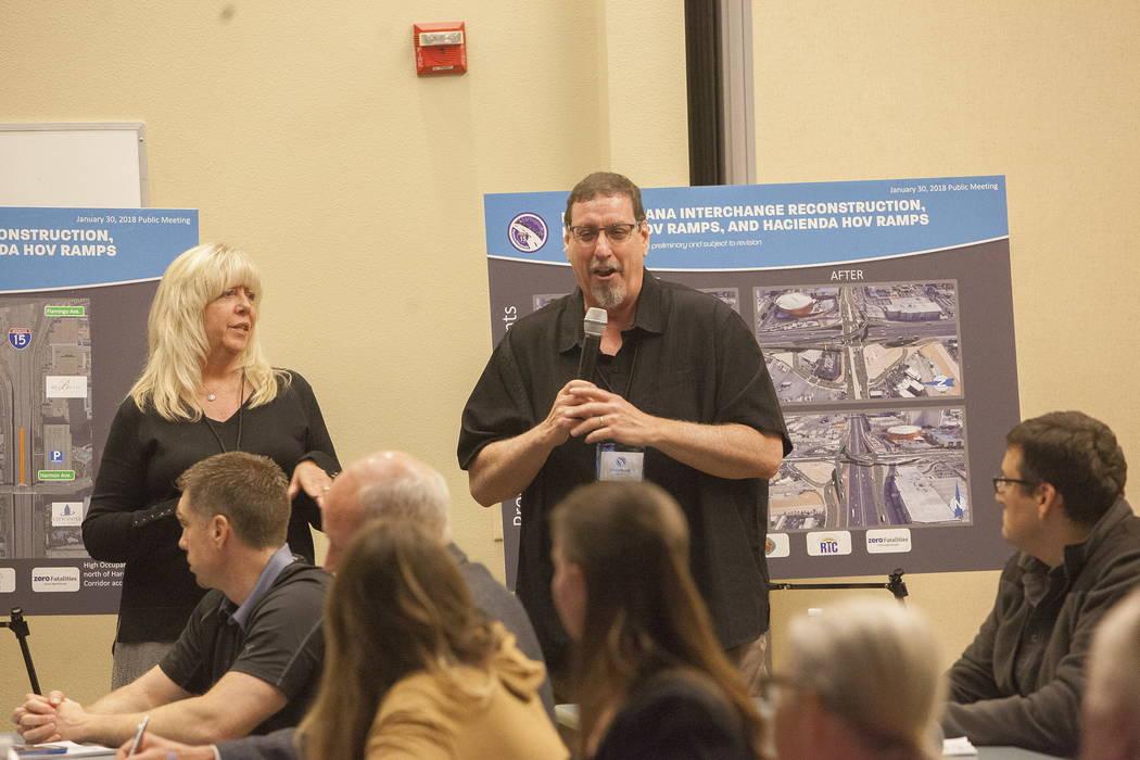El Gerente Ambiental del Departamento de Transporte Christopher Young habla en el Centro de Servicios de Desarrollo del Condado de Clark en Las Vegas, el martes 30 de enero de 2018. El Departament ...