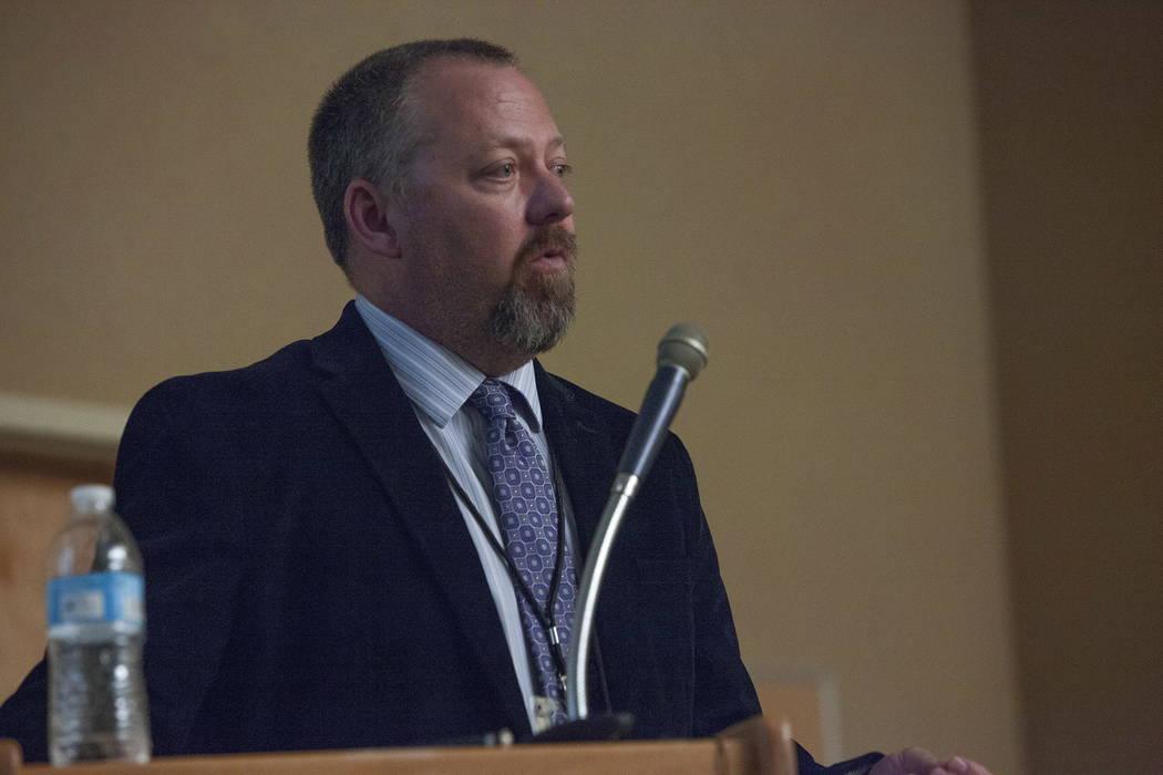 El Gerente de Proyecto Jeff Lerud habla en el Centro de Servicios de Desarrollo del Condado de Clark en Las Vegas, el martes 30 de enero de 2018. El Departamento de Transporte de Nevada celebró u ...