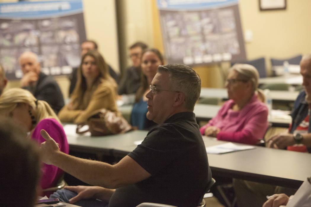 Ken Smith, residente del suroeste, hace una pregunta en el Centro de Servicios de Desarrollo del Condado de Clark en Las Vegas, el martes 30 de enero de 2018. El Departamento de Transporte de Neva ...