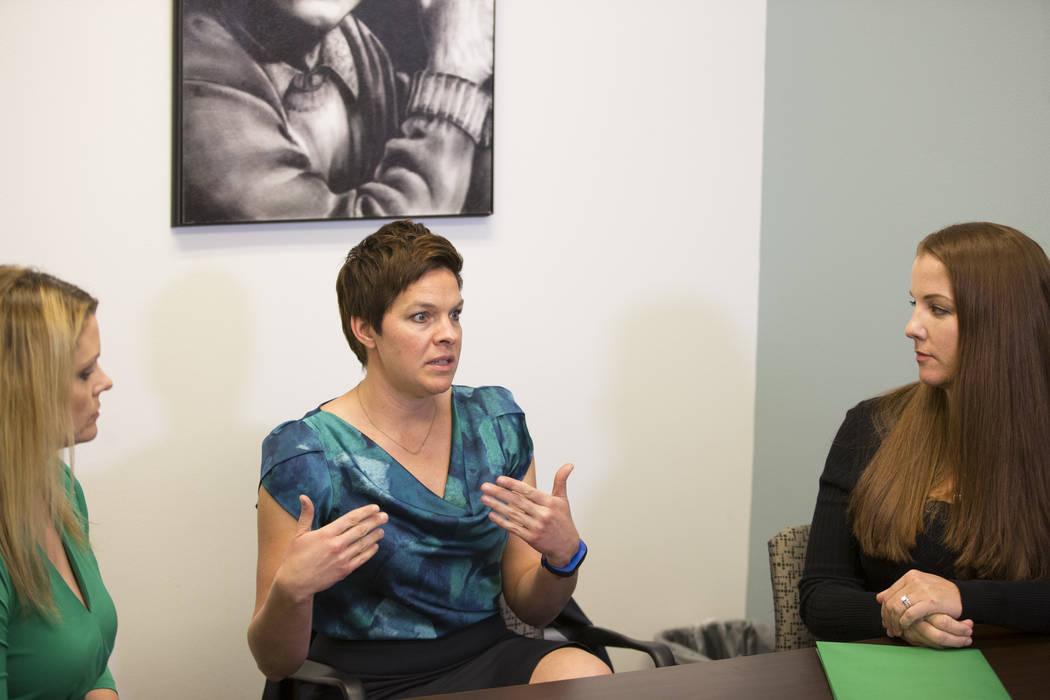 La psicóloga escolar nacional certificada Tracee Guenther, al centro, es entrevistada por el Las Vegas Review-Journal en un centro de conferencias Town Square en Las Vegas, el miércoles 17 de en ...
