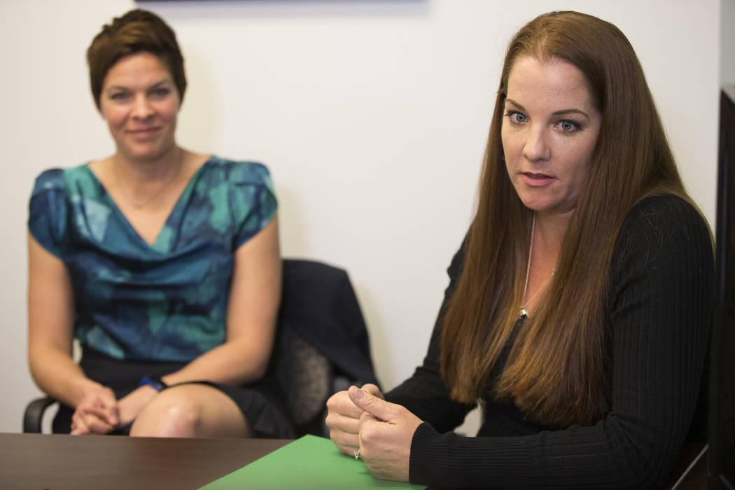 Las psicólogas escolares nacionales certificadas Tracee Guenther, a la izquierda, y Andrea Walsh, son entrevistadas por el Las Vegas Review-Journal en un centro de conferencias Town Square en Las ...