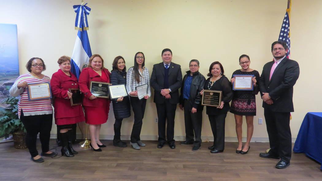 El Consulado General de El Salvador en Las Vegas otorgó distintos reconocimientos a personas destacadas de la comunidad. 21 de diciembre del 2017 en el Consulado General de El Salvador en Las Veg ...