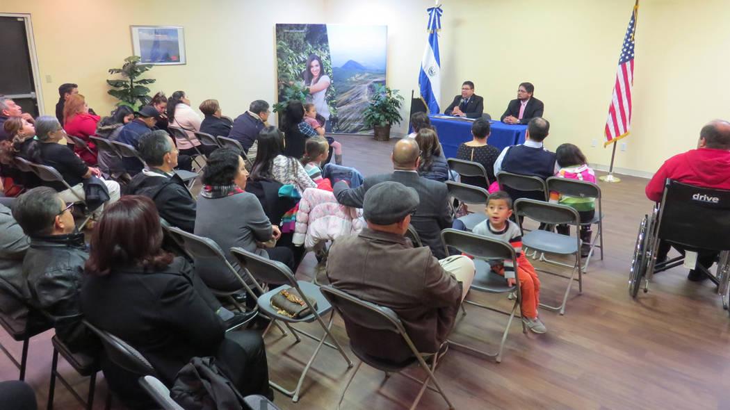 Decenas de personas escucharon el informe anual de actividades del Consulado General de El Salvador en Las Vegas. 21 de diciembre del 2017 en el Consulado General de El Salvador en Las Vegas. Foto ...
