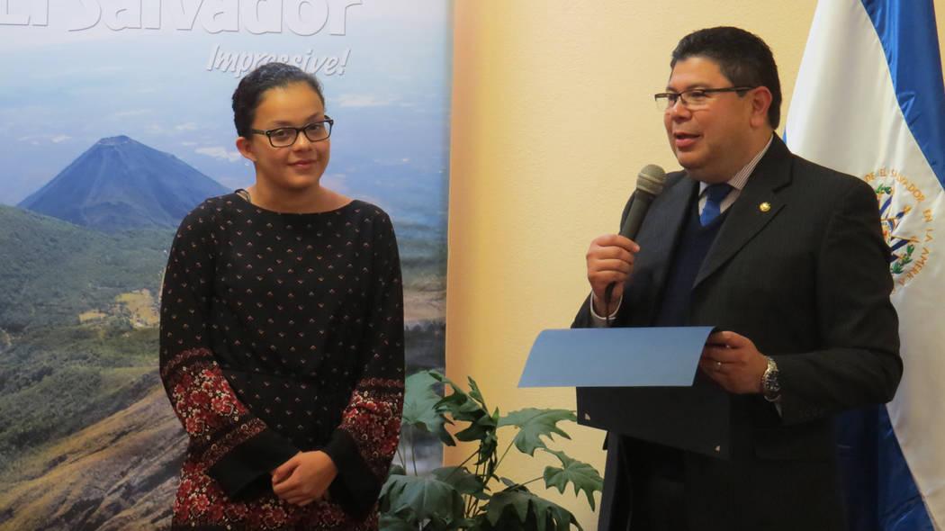 Astrid Rocío Villeda recibió un reconocimiento por destacar a nivel deportivo y académico. 21 de diciembre del 2017 en el Consulado General de El Salvador en Las Vegas. Foto Anthony Avellaneda  ...
