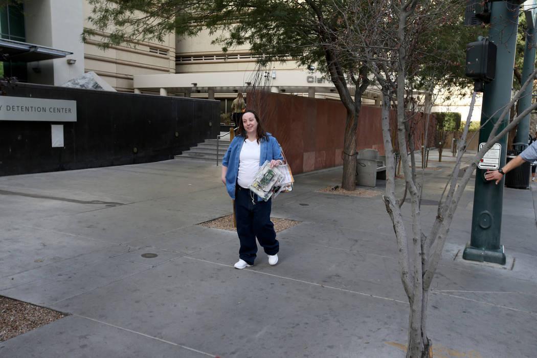 Kirstin Lobato, de 35 años, quien pasó más 16 años encarcelada por el asesinato de un hombre sin hogar cuyo pene fue cortado, espera a sus seres queridos después de abandonar el Centro de Det ...
