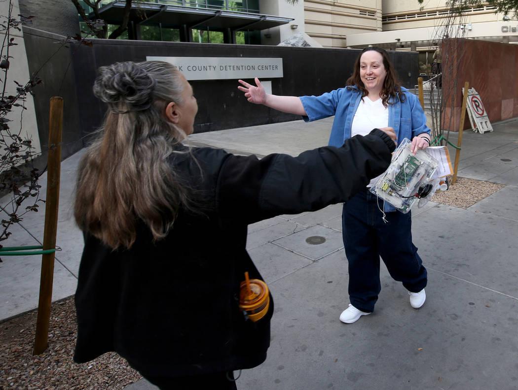 Kirstin Lobato, de 35 años, quien pasó 16 años encarcelada por el asesinato de un hombre sin hogar cuyo pene fue cortado, se prepara para abrazar a Michelle Ravell después de abandonar el Cent ...