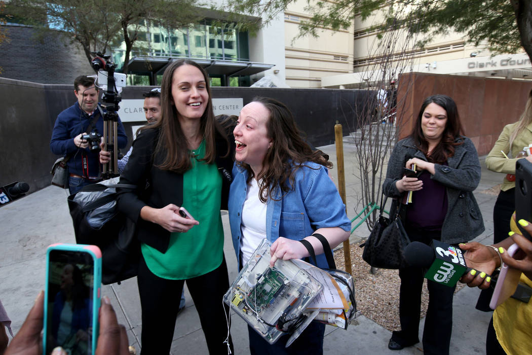 Kirstin Lobato, de 35 años, quien pasó 16 años encarcelada por el asesinato de un vagabundo cuyo pene fue cortado, recibe un abrazo de Jane Pucher y abogada del Proyecto Inocencia, luego de aba ...