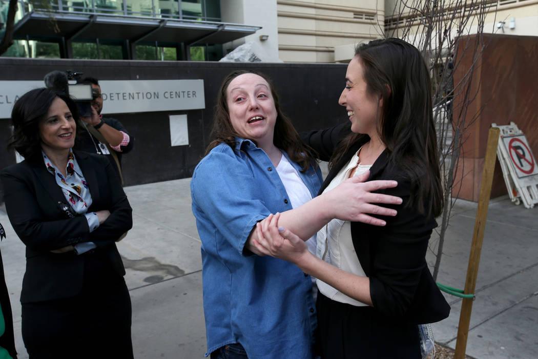Kirstin Lobato, de 35 años, quien pasó más de 16 años encarcelada por el asesinato de un vagabundo cuyo pene fue cortado, abraza a Melissa Sopher, una asistente legal del Proyecto Inocencia, l ...