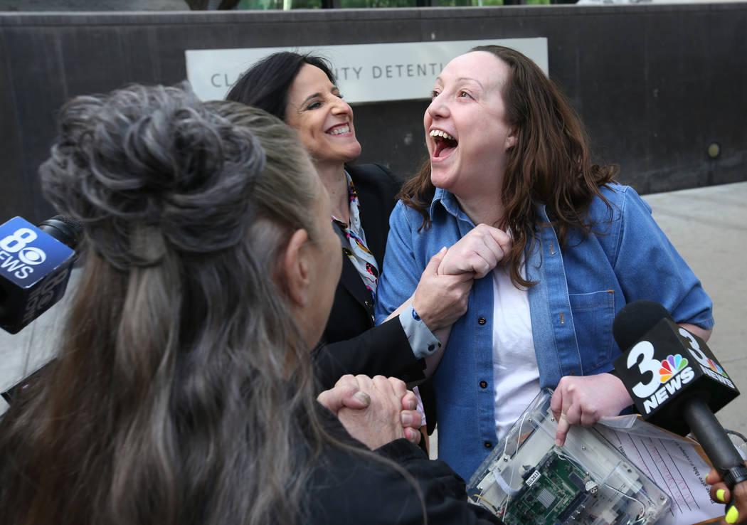 Kirstin Lobato, de 35 años, quien pasó 16 años encarcelada por el asesinato de un hombre sin hogar cuyo pene fue cortado, saluda a Michelle Ravell, a la izquierda, y a Vanessa Potkin, abogada d ...
