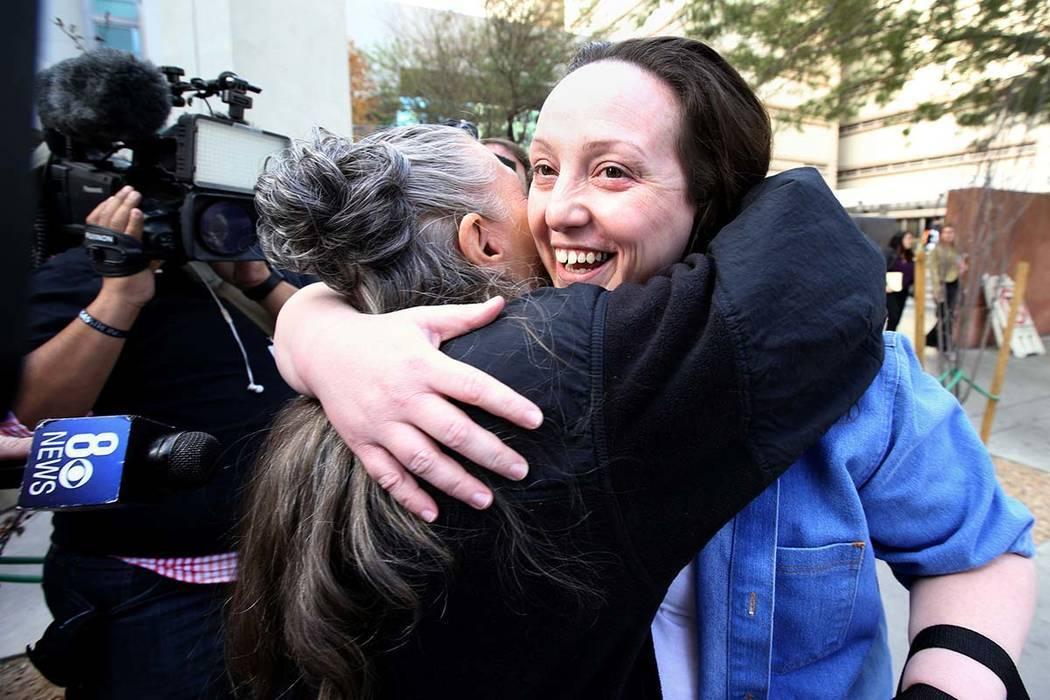 Kirstin Lobato, de 35 años, quien pasó más de 16 años encarcelada por el asesinato de un hombre sin hogar cuyo pene fue cortado, abraza a su amiga Michelle Ravell después de su liberación de ...