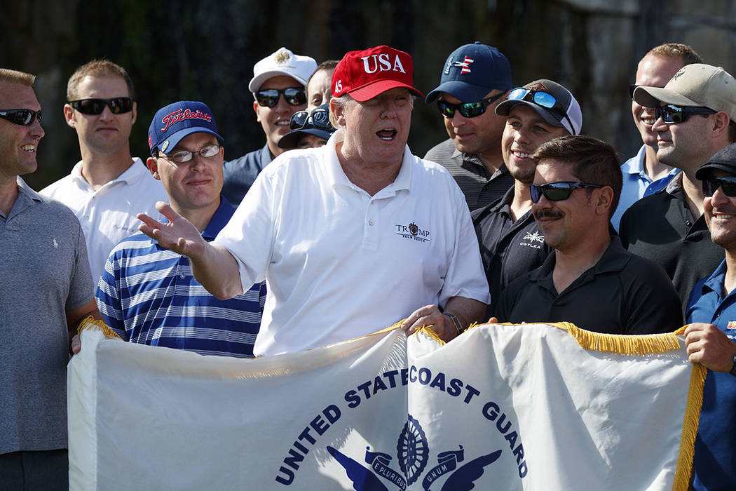 El presidente Donald Trump habla mientras se encuentra con miembros de la Guardia Costera de EE. UU., A quienes invitó a jugar al golf, en Trump International Golf Club, el viernes 29 de diciembr ...