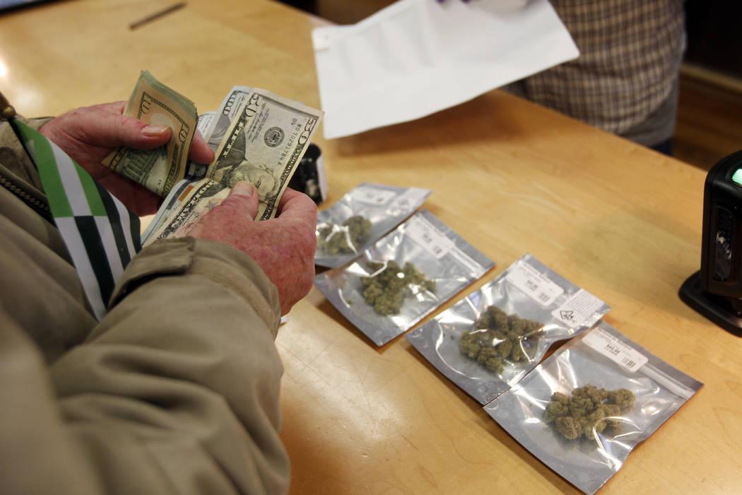 Un cliente compra marihuana en el dispensario de marihuana Harbourside, el lunes 1° de enero de 2018 en Oakland, California. A partir del Día de Año Nuevo, la marihuana recreativa se puede vend ...