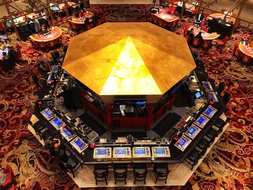 El bar del piso del casino en Lucky Dragon alrededor de las 8 p.m. durante su primer aniversario en Las Vegas el domingo, 3 de diciembre de 2017. (Todd Prince / Las Vegas Review-Journal @toddprincetv)