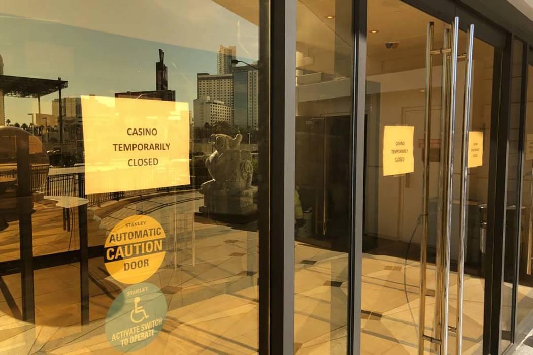 """El Lucky Dragon, de temática china, en la avenida Sahara, cerca de Las Vegas Strip, cerró su casino el jueves 4 de enero de 2018, """"hasta nuevo aviso."""" Los restaurantes también están cerrados,  ..."""