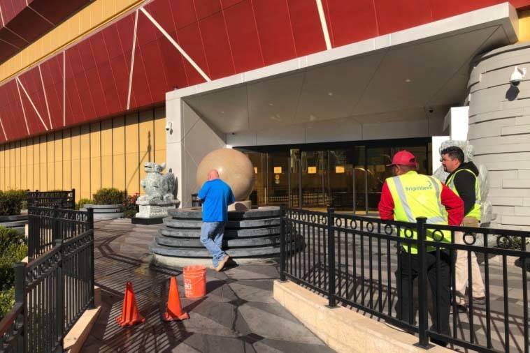 Los trabajadores de la construcción apagan la bola de piedra que gira sobre el agua fuera del Lucky Dragon el 4 de enero de 2018. El hotel-casino colocó letreros que decían que el casino había ...