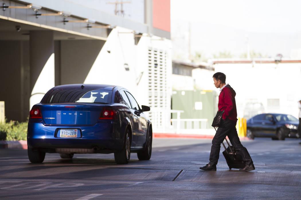 Una persona espera a ser recogido fuera del Lucky Dragon cerrado en Las Vegas, el jueves 4 de enero de 2018. (Erik Verduzco / Las Vegas Review-Journal)