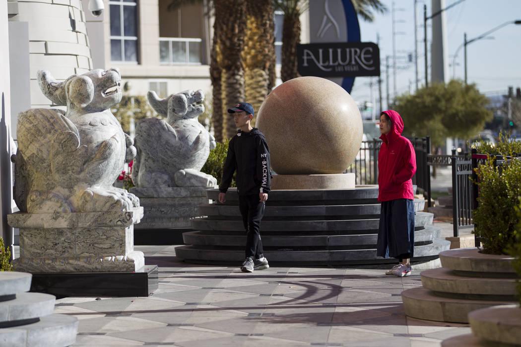 La gente busca encontrar un camino hacia dentro del Lucky Dragon cerrado en Las Vegas, el jueves 4 de enero de 2018. (Erik Verduzco / Las Vegas Review-Journal)