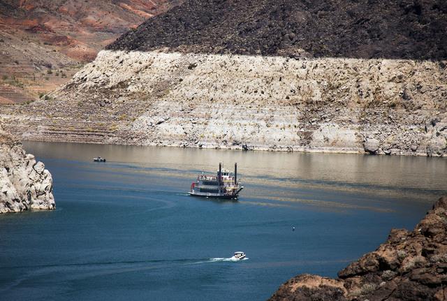 El anillo de la bañera se ve mientras el Desert Princess navega cerca de la presa Hoover el lunes 31 de mayo de 2016. Jeff Scheid / Las Vegas Review-Journal Follow @jlscheid