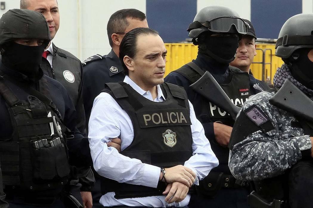 En esta foto publicada por el Ministerio de Relaciones Exteriores de Panamá, el ex gobernador del estado de Quintana Roo, Roberto Borge, es escoltado a un avión en la ciudad de Panamá el jueves ...