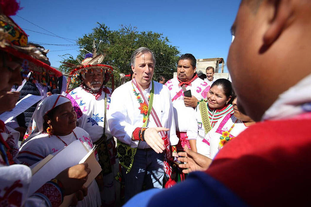 El precandidato del Partido Revolucionario Institucional a la Presidencia de la República, José Antonio Meade Kuribreña, se reunió esta mañana con indígenas huicholes en la colonia Zitacua e ...