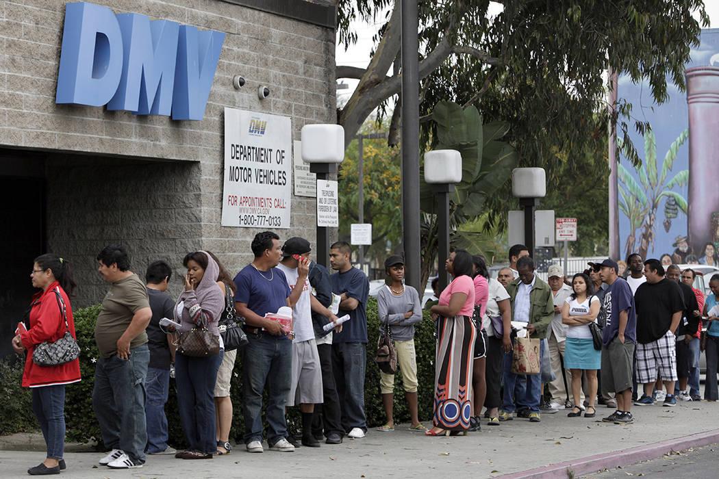 En esta foto del 11 de julio de 2011, las personas hacen cola para solicitar licencias de conducir fuera de una oficina del DMV en Los Ángeles. Los solicitantes de la licencia de conducir o tarje ...