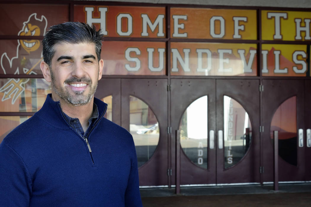 John Anzalone, ex director de Eldorado High School, se muestra frente a la escuela en el 1139 de N. Linn Lane en Las Vegas el martes 10 de febrero de 2015. (Bill Hughes / Las Vegas Review-Journal)