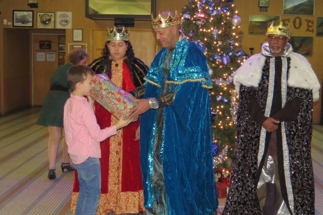 Los niños fueron felices al recibir un regalo de manos de los 'Reyes Magos'. 6 de enero del 2018 en Fraternal Order of Eagles. | Foto Anthony Avellaneda / El Tiempo.