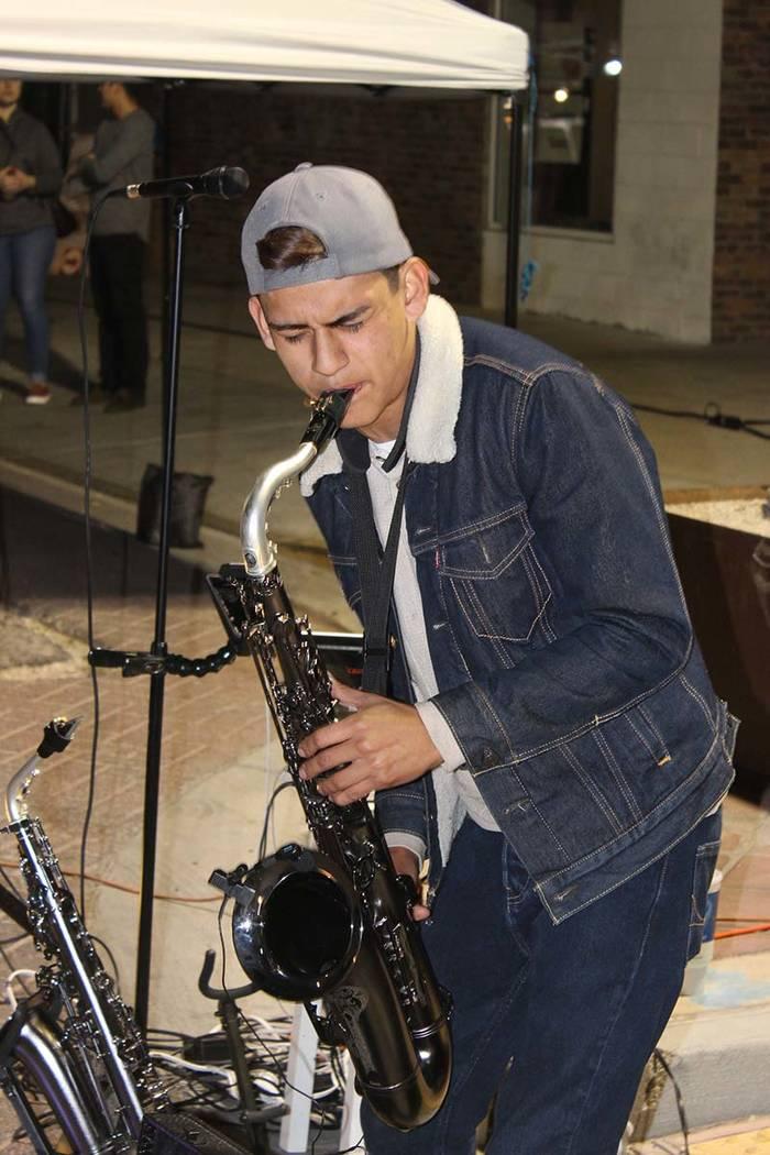 Diego Morales, es un saxofonista de 18 años, paga su carrera en CSN gracias a su talento musical. 5 de enero del 2018 en el centro de Las Vegas. | Foto Cristian De la Rosa / El Tiempo.