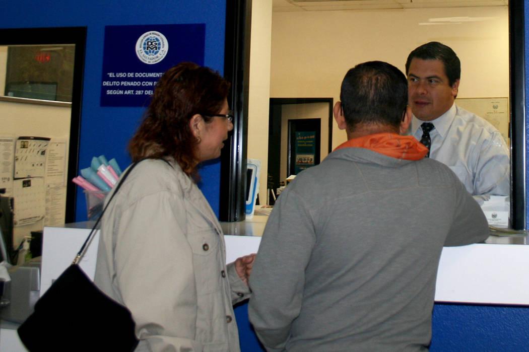 Ante la cancelación del TPS el Consulado de El Salvador pide serenidad, informarse y asesorarse bien legalmente.   Foto Archivo/Valdemar González.