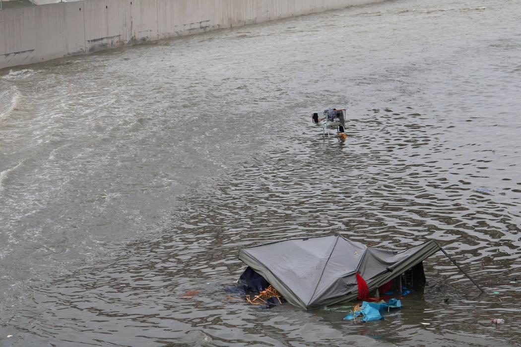 El martes 9 de enero de 2018, una tienda de campaña y un carrito de compras se ven atrapados en una inundación sobre una cuenca de detención cerca de la avenida Cheyenne este a lo largo de Las  ...
