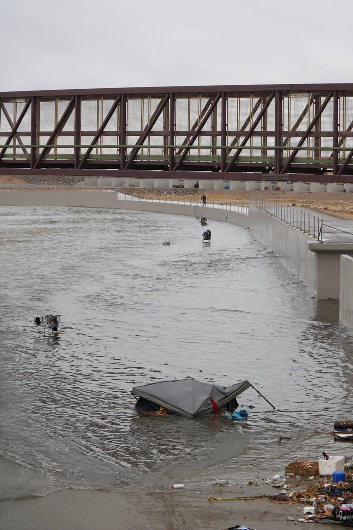 El martes 9 de enero de 2018, una tienda de campaña y varios carritos de compras se ven atrapados en una inundación sobre una cuenca de detención cerca de la avenida Cheyenne este a lo largo de ...
