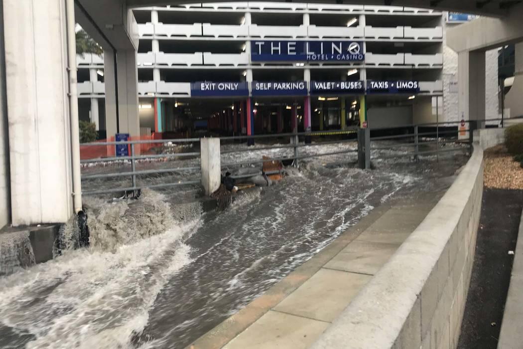 Las aguas de inundación salen del estacionamiento del Linq en el Strip de Las Vegas y se juntan con el Wash detrás del hotel-casino, el martes 9 de enero de 2018. (Elaine Wilson / Las Vegas Revi ...