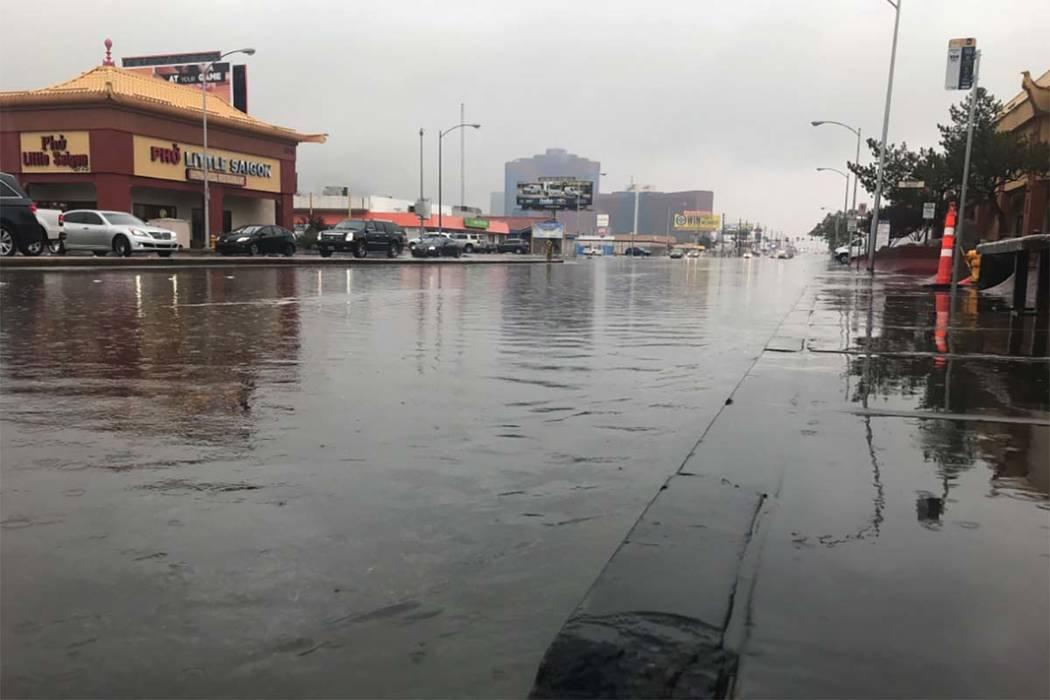 El agua de lluvia inunda la calle en West Spring Mountain Road y Valley View Boulevard, el martes, 9 de enero de 2018. (Elaine Wilson / Las Vegas Review-Journal)