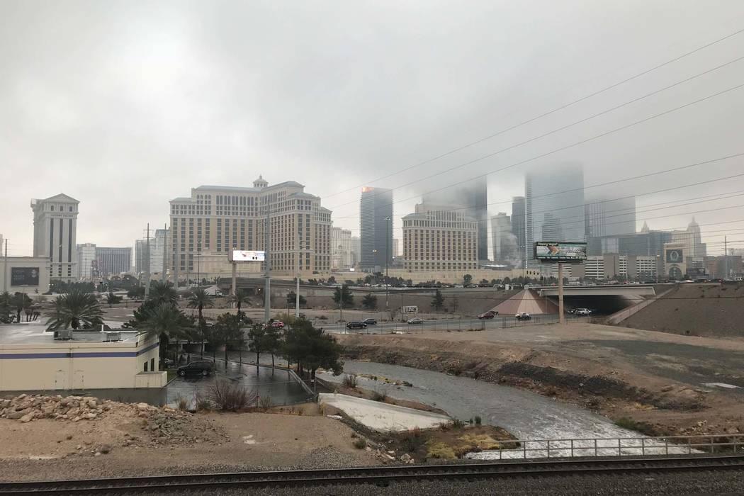 Las nubes cuelgan sobre Las Vegas Strip en una vista desde el estacionamiento de Río, el martes, 9 de enero de 2018. (Elaine Wilson / Las Vegas Review-Journal)