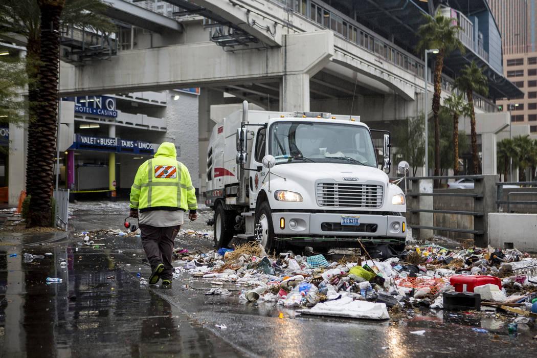 Un equipo de Obras Públicas del Condado de Clark limpia los escombros arrastrados por las inundaciones cerca del Hotel The Linq en Las Vegas el martes 9 de enero de 2018. (Patrick Connolly / Las  ...