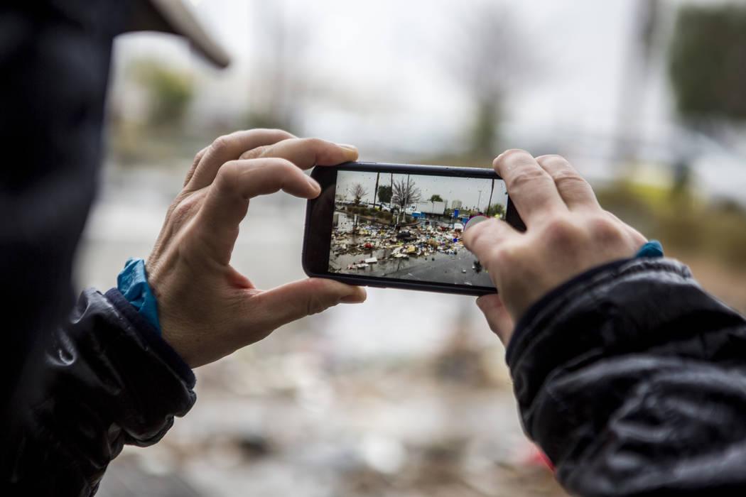 Troy Hooper de San Francisco captura fotos de escombros arrastrados por las inundaciones cerca del Hotel The Linq en Las Vegas el martes 9 de enero de 2018. (Patrick Connolly / Las Vegas Review-Jo ...