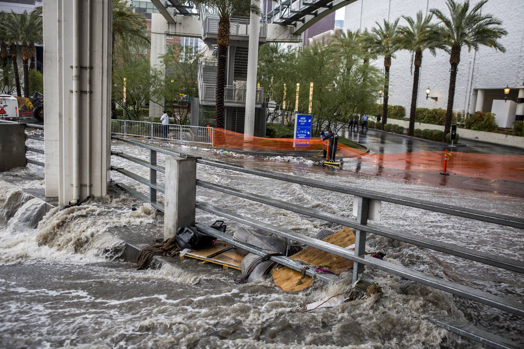 El martes, 9 de enero de 2018, se precipita agua en un canal de inundación cerca del The Linq Hotel en Las Vegas. (Patrick Connolly / Las Vegas Review-Journal) @PConnPie