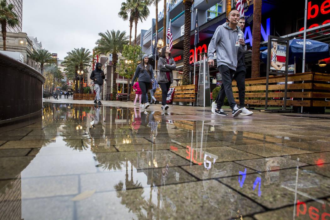 Los peatones caminan por The Linq Promenade en un día lluvioso en Las Vegas el martes, 9 de enero de 2018. (Patrick Connolly / Las Vegas Review-Journal) @PConnPie