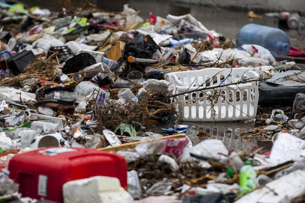 La basura se acumula junto a los canales de inundación cerca del Hotel The Linq en Las Vegas el martes 9 de enero de 2018. (Patrick Connolly / Las Vegas Review-Journal) @PConnPie