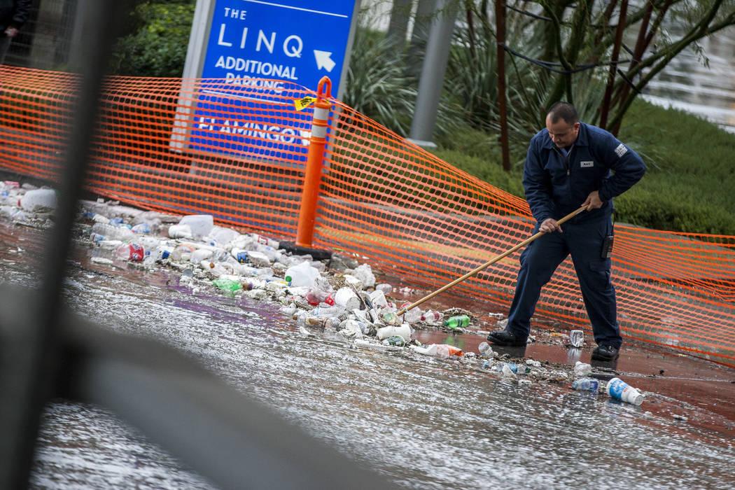 Un trabajador de mantenimiento del Linq limpia los escombros cerca de un canal de inundación en Las Vegas el martes 9 de enero de 2018. (Patrick Connolly / Las Vegas Review-Journal) @PConnPie